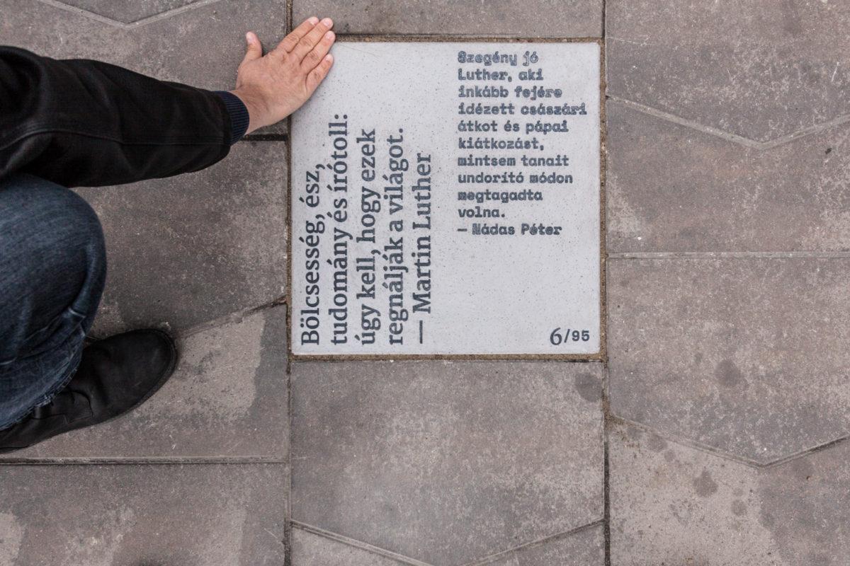 Szöveges emlékkövek a Kálvin téren (videó)
